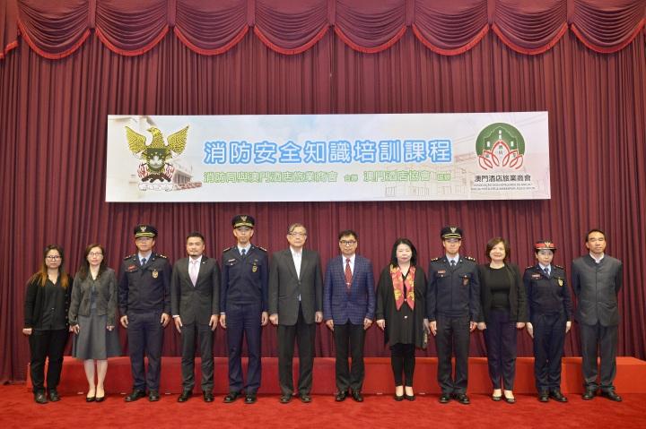 消防局副局長鄒家昌及各官員與出席嘉賓大合照