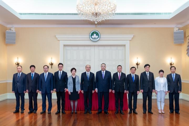 行政長官崔世安與河北省省長許勤等在簽署儀式後合影