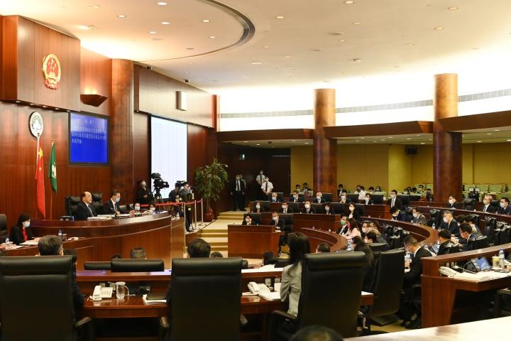 行政長官賀一誠列席立法會全體會議,就2020年財政年度施政報告內容回答議員提問。 (1)
