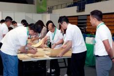 2019行政長官選舉委員會委員選舉:票站工作人員在截止投票後開票箱進行點票工作。