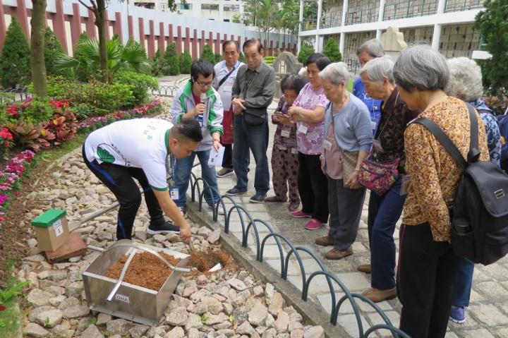 218 工作人員示範模擬樹葬的過程