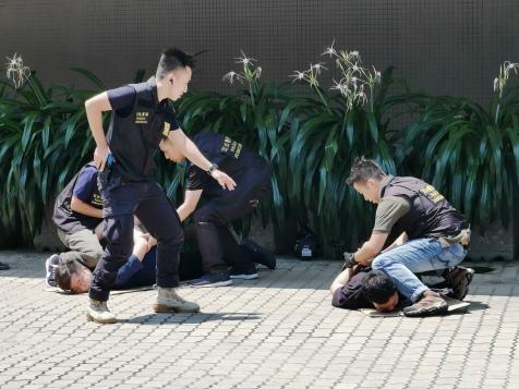 2人被刑偵人員當場拘捕