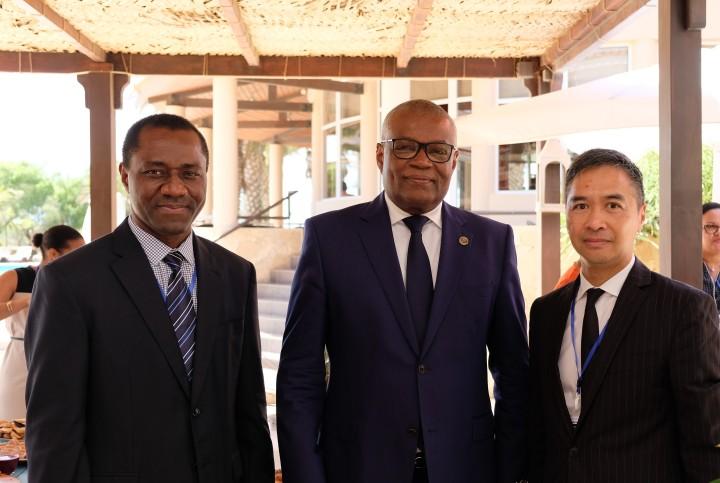 何永安與佛得角國民議會議長桑托斯(中)、佛得角審計法院院長施利華(左)合照。