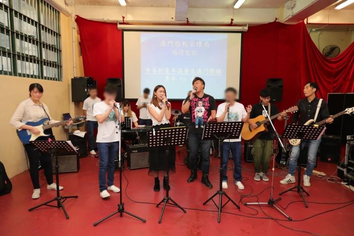 來訪青年與在囚青年合奏獻唱多首勵志歌曲