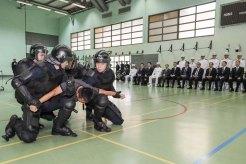 傅自應主任在保安司司長陪同下參觀治安警察局的情景演練