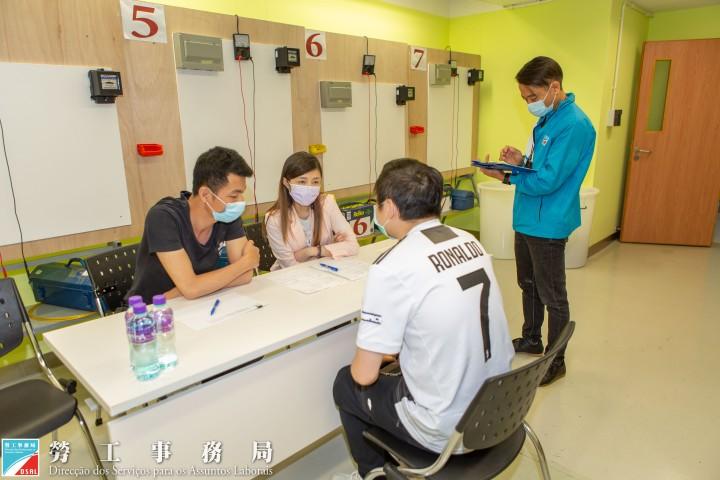 勞工局人員監督企業面試過程 (1)