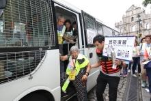 司警局人員協助有需要市民前往區內的需扶助人士集合點和避險中心 (1)