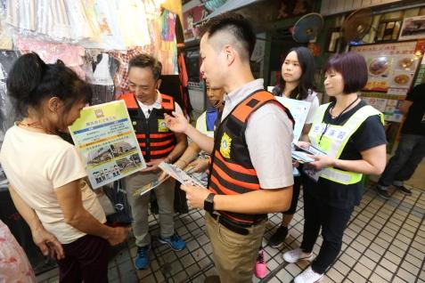 司警局人員向市民和商戶派發防災指引,以及講解附近的避險中心位置、設備及撤離路線 (1)