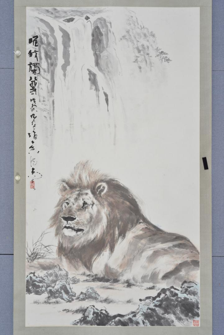 """唯我獨尊 設色紙本立軸 154 x 84 cm 高勵節認為""""寫獸口的精髓在於眼睛。""""他曾臨摹其父高劍父的雄獅畫作《唯我獨尊》,用筆更為輕鬆。又曾到動物園觀看猛獸跳動的節奏,為作品"""