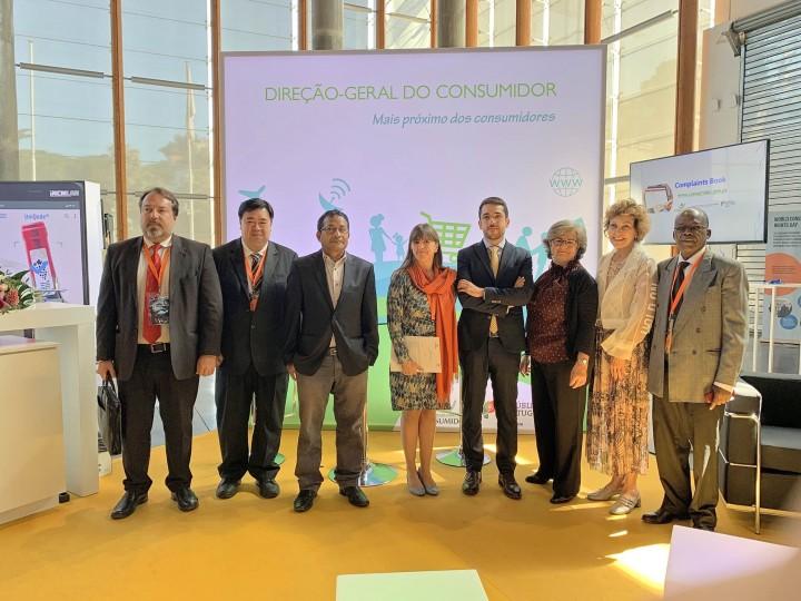 國際葡萄牙語消費者協會組織成員與葡萄牙消費者保護國務秘書João Torres合照