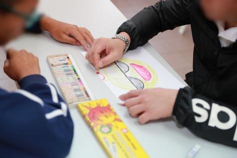 家長藉由院生的描述畫出圖畫,提升親子溝通技巧