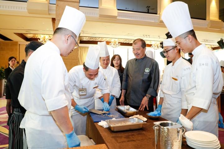廚師們在林振國的指導下落力烹調