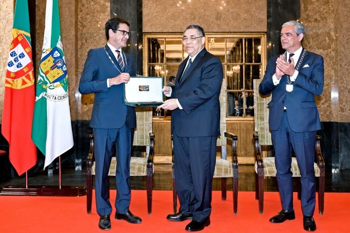 波爾圖市長魯伊•莫雷拉(Rui Moreira)向行政長官崔世安授予城市鑰匙