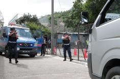 演練模擬﹕治安警特別巡邏組在監獄外圍鎖定可疑車輛