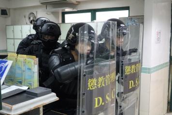 演練模擬﹕治安警特警隊、警犬組,監獄防暴隊人員迅速趕赴囚倉區,成功平息暴動