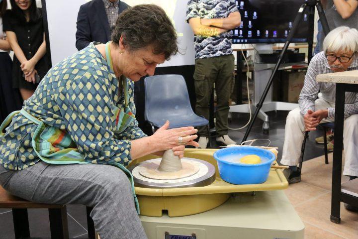 澳大利亞陶瓷藝術家普魯‧維寧現場拉坯示範