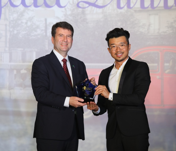 澳門歐洲商會會員大會副秘書長溫誠睿先生(左)澳門通股份有限公司董事廖卓然先生(右)頒發2019年「澳門歐洲商會卓越獎」創新類別獎項。