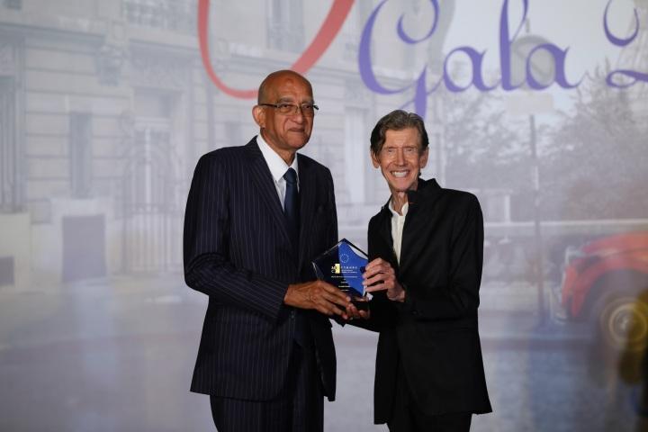 澳門歐洲商會理事會主席湯柏燊教授(右)向澳博的新葡京頒發2019年「澳門歐洲商會卓越獎」奢華類別獎項,並由澳博秘書長官樂怡大律師(左)代表接受獎項。