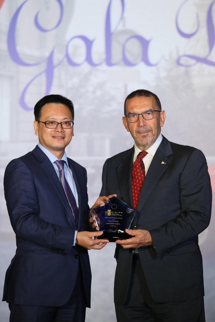 澳門歐洲商會理事會副主席梁華權先生(左)向澳門陸軍俱樂部理事會成員謝立德先生(右)頒發2019年「澳門歐洲商會卓越獎」餐飲類別獎項。