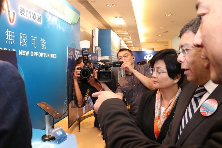 澳門電訊工作人員在羅立文司長和劉惠明局長面前撥通了本澳首個5G通話