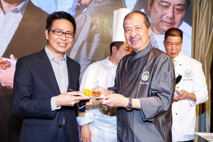 程衛東副局長等品嚐由名廚林振國完成的菜式