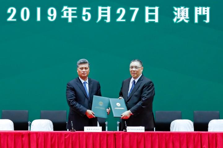 行政長官崔世安和廣東省省長馬興瑞在粵澳合作聯席會議上代表雙方簽署《實施〈粵澳合作框架協議〉2019年重點工作》