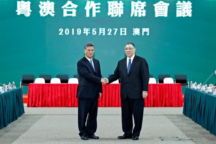 行政長官崔世安與廣東省省長馬興瑞在粵澳合作聯席會議舉行前握手合影