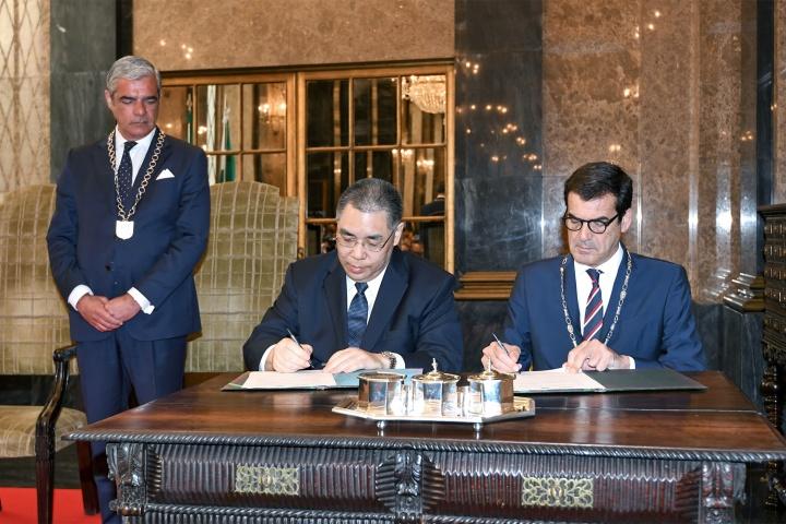 行政長官崔世安與波爾圖市長魯伊•莫雷拉(Rui Moreira)代表雙方簽署《中華人民共和國澳門特別行政區與葡萄牙共和國波爾圖市推動友好合作框架諒解備忘錄》