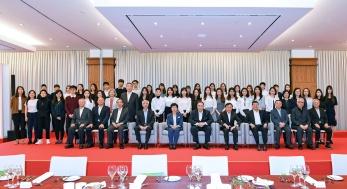 行政長官崔世安與留學葡萄牙的澳門學生合照 (2)