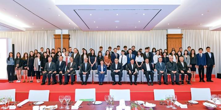 行政長官崔世安與留學葡萄牙的澳門學生合照