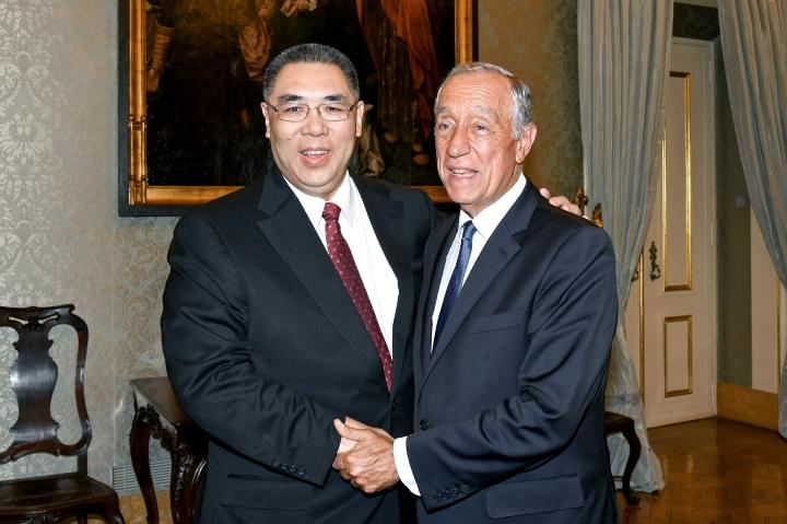 行政長官崔世安與葡萄牙共和國總統馬塞洛·雷貝洛·德索薩(Marcelo Rebelo de Sousa)親切握手