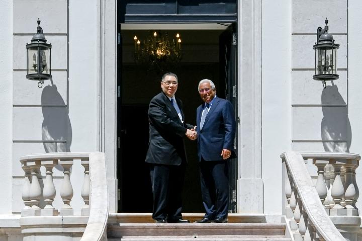 行政長官崔世安與葡萄牙總理安東尼奧·路易士·桑托斯·達·科斯塔(António Luís Santos da Costa)親切握手