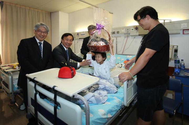 譚俊榮司長等為住院兒童送節日禮物 (1)