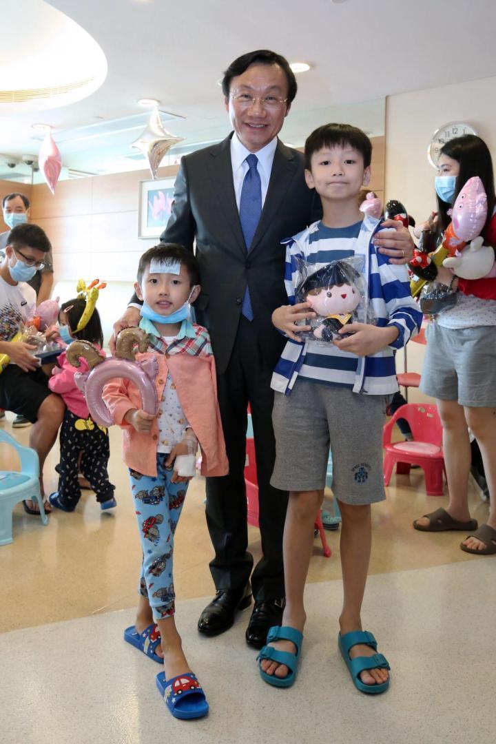 譚俊榮司長等為住院兒童送節日禮物