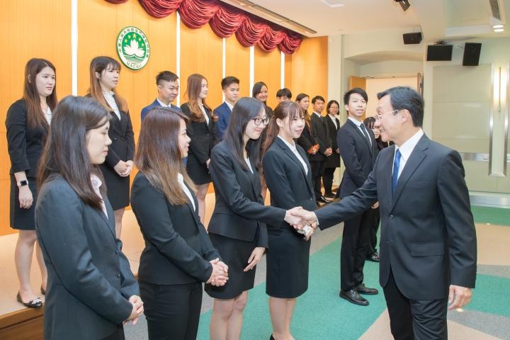 譚司長與學員逐一握手