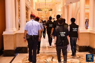 警方突擊巡查多間娛樂場所 (1)