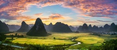 霞染山鄉披綿綉 - 黃鳳棲