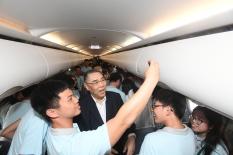 """""""新時代同心行""""河北省學習參訪團行程圓滿結束,參訪團團員在回程飛機上與行政長官崔世安自拍和合照。"""