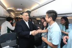 """""""新時代同心行""""河北省學習參訪團行程圓滿結束,行政長官崔世安在回程飛機上與參訪團團員逐一握手,互相交流問好。"""