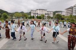 參訪團一行首站到達從江縣,與當地中學生交流互動。