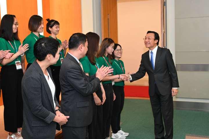 司長譚俊榮與實習生逐一握手。