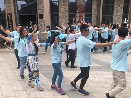 大學生和青年團員到從江鑾里侗寨考察參觀