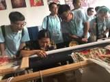 大學生和青年團員前往從江鑾里侗寨考察侗寨民族展示廳,體驗侗族傳統手工藝製作技術