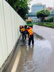 市政署派員加緊清理雨水井及渠口垃圾 (1)