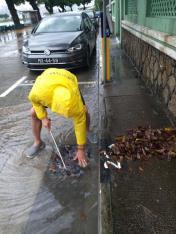 市政署派員加緊清理雨水井及渠口垃圾