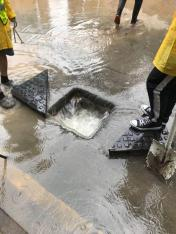 市政署派員打開渠蓋加快排洪 (1)