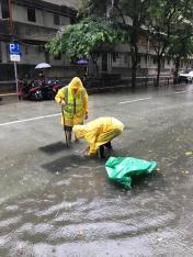 市政署派員打開渠蓋加快排洪