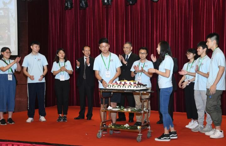 """正在承德的行政長官崔世安與""""新時代同心行""""河北省學習參訪團中七月生日的青少年切蛋糕慶祝"""