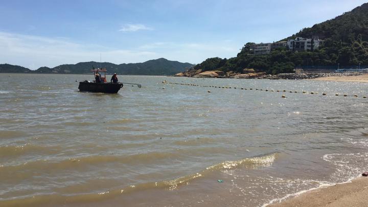 海事局派船隊在海面清理