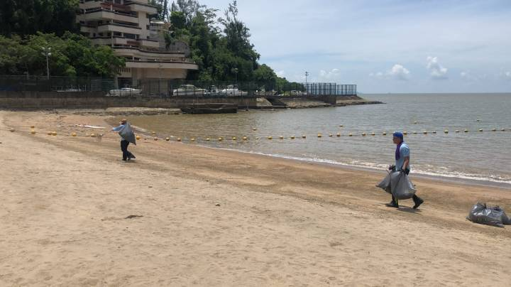 清潔專營公司加派人手在灘面清理垃圾